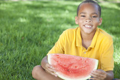 amerykanin afrykańskiego pochodzenia chłopiec dziecka łasowania melonu woda Zdjęcia Royalty Free