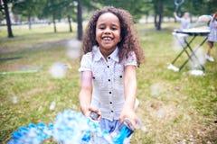 Amerykanin Afrykańskiego Pochodzenia dziewczyna Robi Mydlanym bąblom zdjęcia royalty free