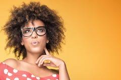 Amerykanin afrykańskiego pochodzenia dziewczyna w eyeglasses na żółtym tle Obraz Stock
