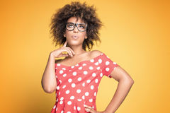Amerykanin afrykańskiego pochodzenia dziewczyna w eyeglasses na żółtym tle Zdjęcia Stock