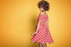 Amerykanin afrykańskiego pochodzenia dziewczyna w eyeglasses na żółtym tle Zdjęcie Stock