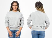 Amerykanin afrykańskiego pochodzenia dziewczyna w szablon pustej bluzie sportowej odizolowywającej na białym tle Z przodu i z tył zdjęcie stock