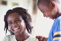 Amerykanin afrykańskiego pochodzenia dziewczyny i chłopiec śmiać się obraz stock