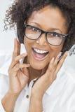 Amerykanin Afrykańskiego Pochodzenia dziewczyny kobieta Słucha hełmofony Zdjęcia Royalty Free