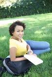 amerykanin afrykańskiego pochodzenia kobieta ładna czytelnicza Zdjęcia Royalty Free