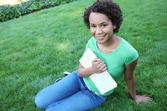 amerykanin afrykańskiego pochodzenia kobieta ładna czytelnicza Fotografia Stock