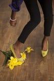 Amerykanin Afrykańskiego Pochodzenia kobieta chodzi tupiąc świezi kwiaty Zdjęcia Stock