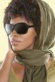 Amerykanin Afrykańskiego Pochodzenia kobieta jest ubranym okulary przeciwsłonecznych z etolą nad jej głową obraz royalty free
