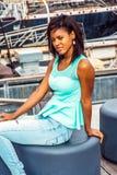Amerykanin Afrykańskiego Pochodzenia kobieta podróżuje, relaksujący w Nowy Jork, Zdjęcie Stock
