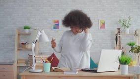 Amerykanin afrykańskiego pochodzenia kobieta słucha muzyka z hełmofonami i tanem z afro fryzurą zdjęcie wideo