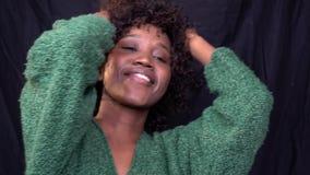 Amerykanin Afrykańskiego Pochodzenia kobieta tanczy w studiu z tłuściuchnymi wargami, zwolnione tempo zbiory wideo