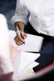 amerykanin afrykańskiego pochodzenia kobieta widok kobiety writing fotografia stock