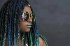 Amerykanin Afrykańskiego Pochodzenia kobieta z Pięknymi cyraneczki zieleni błękita warkoczami obraz stock