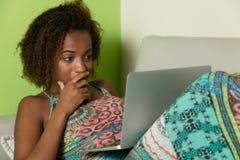 Amerykanin afrykańskiego pochodzenia kobieta zaskakuje o sfałszowanej wiadomości zdjęcia stock