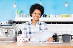 Amerykanin afrykańskiego pochodzenia kobiety chwyta papierowego dokumentu bizneswomanu przypadkowy uśmiech Fotografia Royalty Free