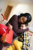 Amerykanin Afrykańskiego Pochodzenia kobiety dowcip jej syn Amerykanin Afrykańskiego Pochodzenia chłopiec dawać Fotografia Stock