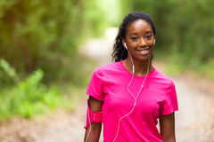Amerykanin afrykańskiego pochodzenia kobiety jogger portret sprawność fizyczna, ludzie i h -, zdjęcie stock