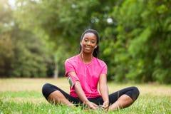Amerykanin afrykańskiego pochodzenia kobiety jogger rozciąganie - sprawność fizyczna, ludzie i zdjęcia stock