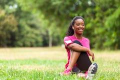 Amerykanin afrykańskiego pochodzenia kobiety jogger rozciąganie - sprawność fizyczna, ludzie i fotografia royalty free