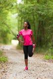 Amerykanin afrykańskiego pochodzenia kobiety jogger rozciąganie - sprawność fizyczna, ludzie i obrazy stock