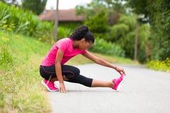 Amerykanin afrykańskiego pochodzenia kobiety jogger rozciąganie - sprawność fizyczna, ludzie i obraz royalty free