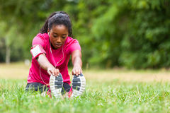 Amerykanin afrykańskiego pochodzenia kobiety jogger rozciąganie - sprawność fizyczna, ludzie i zdjęcia royalty free