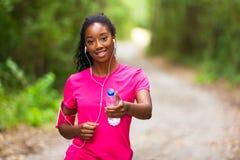 Amerykanin afrykańskiego pochodzenia kobiety jogger trzyma bidon - sprawność fizyczna obraz stock