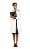 Amerykanin Afrykańskiego Pochodzenia kobiety lekarka folował długość odizolowywającą na białym bac Zdjęcia Stock