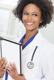 Amerykanin Afrykańskiego Pochodzenia kobiety lekarki pastylki Żeński komputer Obraz Royalty Free