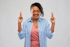 Amerykanin afrykańskiego pochodzenia kobiety mienia palce krzyżujący obraz royalty free