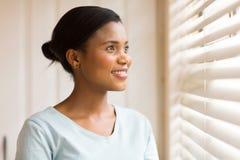 Amerykanin afrykańskiego pochodzenia kobiety patrzeć fotografia stock
