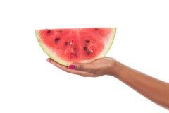 Amerykanin afrykańskiego pochodzenia kobiety ręka z arbuzem Obraz Stock