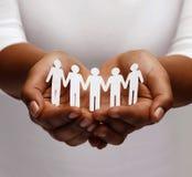 Amerykanin afrykańskiego pochodzenia kobiety ręki z papierowymi ludźmi Zdjęcie Stock