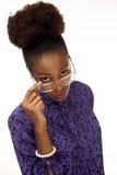 Amerykanin Afrykańskiego Pochodzenia kobiety spojrzenia nad jej szkłami przy tobą Fotografia Stock