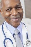 Amerykanin Afrykańskiego Pochodzenia Mężczyzna Lekarka Z Stetoskopem Zdjęcia Royalty Free