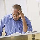 amerykanin afrykańskiego pochodzenia mężczyzna studiowanie Fotografia Stock