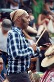 Amerykanin Afrykańskiego Pochodzenia męski percussionist bawić się rytm z krowa dzwonem przy Tama Tams festiwalem w góra Królewsk obraz stock