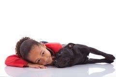 Amerykanin Afrykańskiego Pochodzenia mała dziewczynka z jej zwierzęciem domowym Obrazy Royalty Free