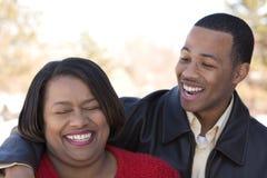Amerykanin Afrykańskiego Pochodzenia macierzysty i jej dorosły syn Obrazy Stock