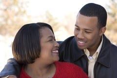 Amerykanin Afrykańskiego Pochodzenia macierzysty i jej dorosły syn Fotografia Stock