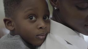 Amerykanin afrykańskiego pochodzenia matka z jej małą śliczną dziecko chłopiec ma zabawę wpólnie Związku syn i mama szczęśliwa ro zbiory