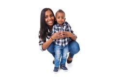 Amerykanin Afrykańskiego Pochodzenia matka z jej małym synem odizolowywającym na białym b Zdjęcie Stock