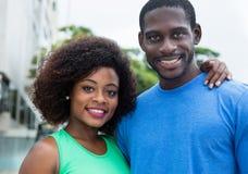 Amerykanin afrykańskiego pochodzenia miłości para patrzeje kamerę obraz stock