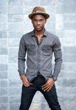 Amerykanin afrykańskiego pochodzenia mody męski model z kapeluszem Zdjęcie Stock