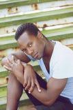 Amerykanin afrykańskiego pochodzenia mody modela obsiadanie na schodkach outdoors Zdjęcia Royalty Free