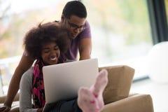 Amerykanin afrykańskiego pochodzenia para robi zakupy online fotografia royalty free