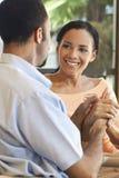 amerykanin afrykańskiego pochodzenia para wręcza szczęśliwego mienia Obraz Royalty Free