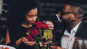 Amerykanin Afrykańskiego Pochodzenia pary datowanie w restauracji zdjęcia stock