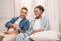amerykanin afrykańskiego pochodzenia pary obsiadanie z smartphones zdjęcie stock