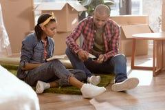 amerykanin afrykańskiego pochodzenia pary planowania budżet w nowym zdjęcia stock